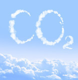 Emissionsfreier, blauer Himmel mit CO2-Zeichen aus Wolken