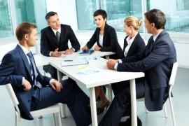 Die Experten sitzen um einen Tisch