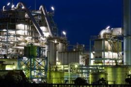 Fabrikanlage bei Nacht