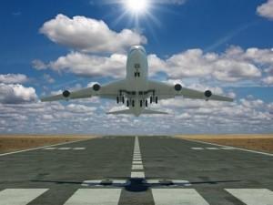 Flugheug hebt ab vor emissionsfreiem Himmel
