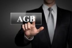 AGB werden angeklickt von Geschäftsmann